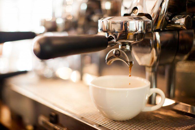 ekspres do kawy przygotowujący kawe