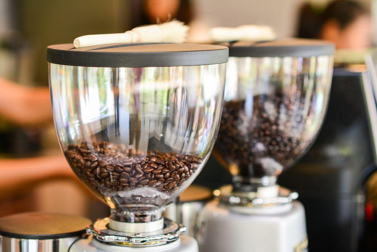 Ziarenka do kawy w młynku do kawy