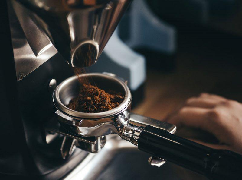Zmielona kawa w młynku do kawy