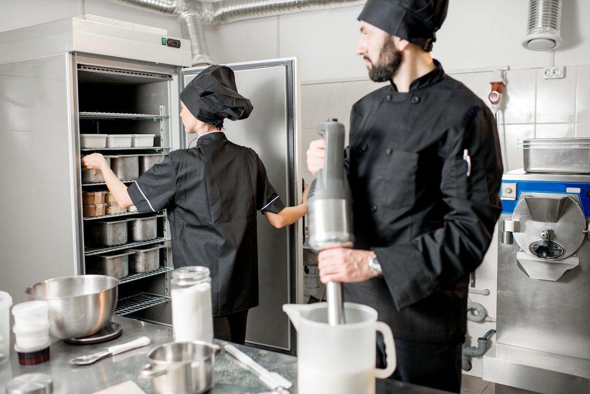 Specjaliści tworzący lody i przechowujący je w szafach chłodniczych