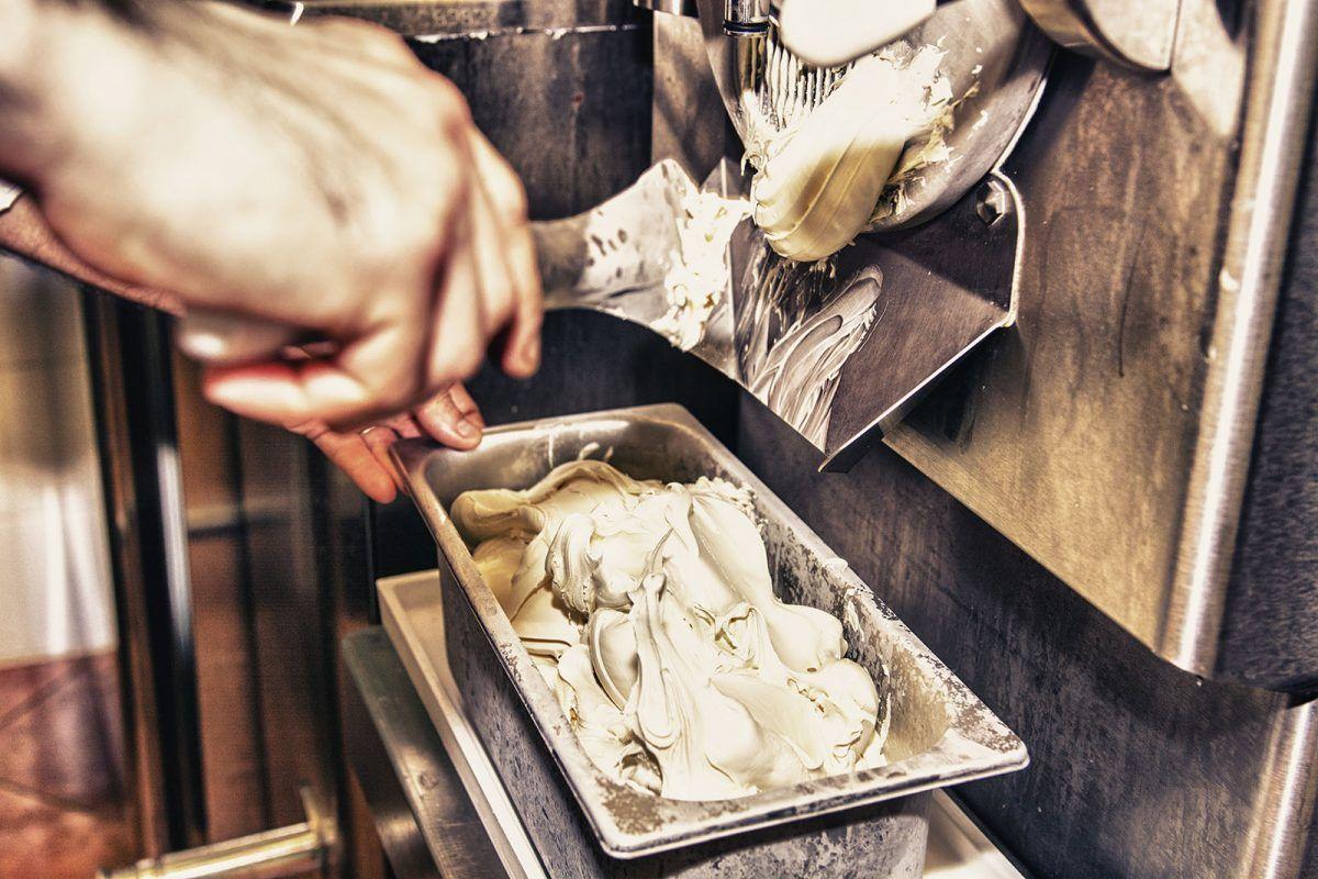 Wkładanie lodów do kuwety