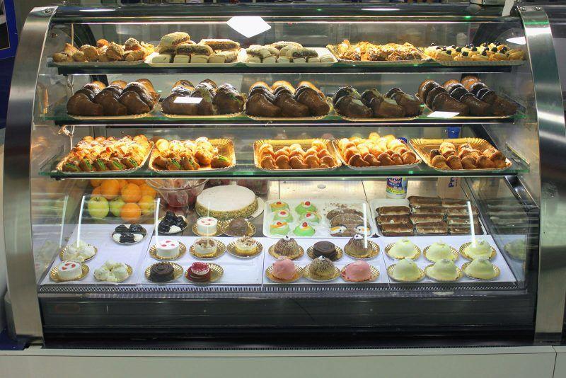 Witryna gastronomiczna z ciastkami