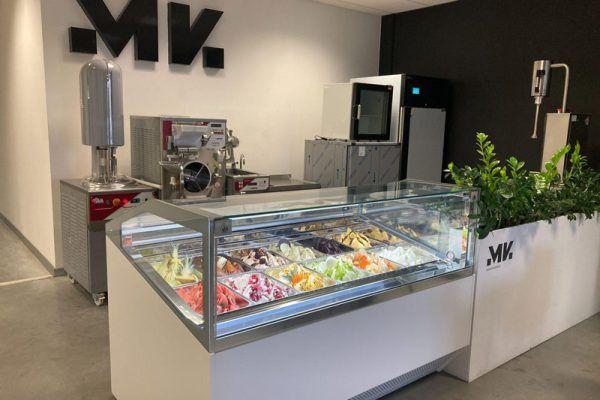 Maszyny do produkcji lodów soft, na pierwszym planie witryna lodowa - mk-komi.pl
