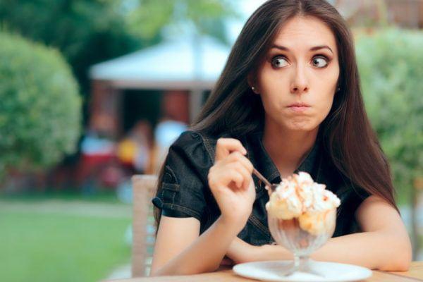 Dziewczyna zastanawia się, czy w lodach, które je, są alergeny - mk-komi.pl